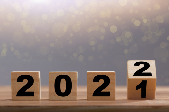 Wooden numbers 2 0 2 1 turning to 2 0 2 2